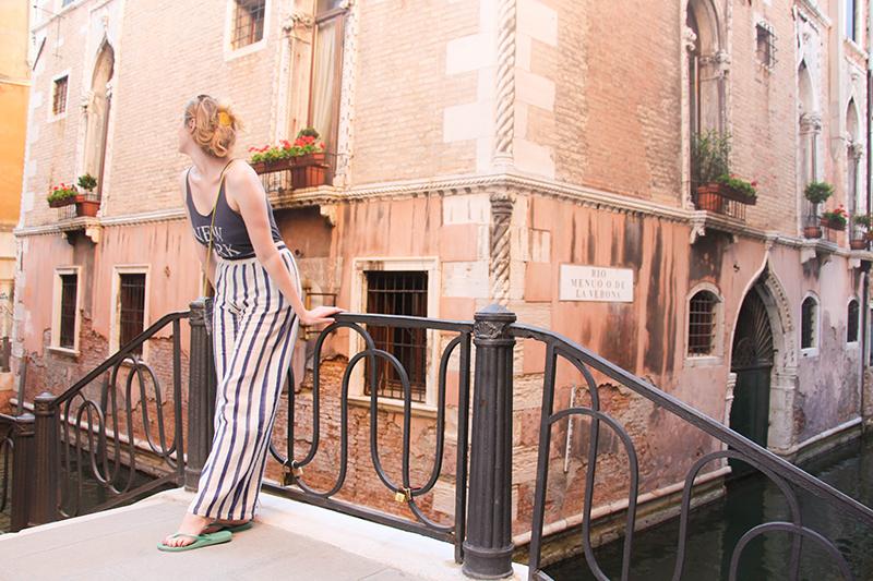 pantalon d'été éthique dans les rues de Venise